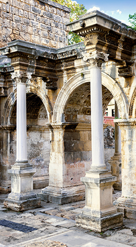 Korint Üslubundaki Mermer Sütunları İle Hadrian Kapısı