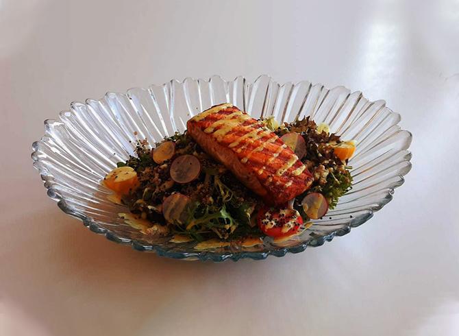 Sağlıklı ve Leziz Bir Somonlu Salata Tarifi