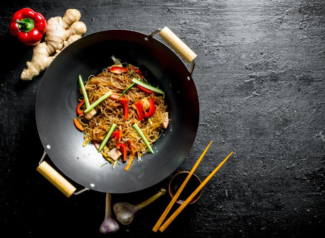 https://blog.baruthotels.com/assets/imgs/upload/61790ced70a0dbadem-soslu-zencefilli-noodle-tarifi.jpg